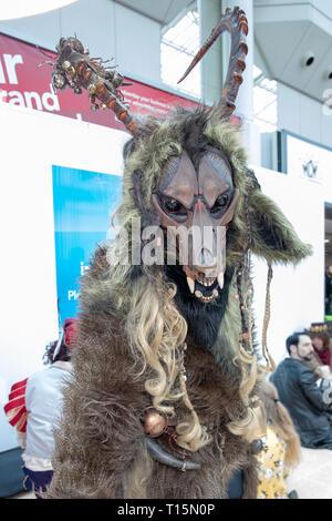 Birmingham, Reino Unido. Sábado 23 de marzo de 2019. Cosplayers visto en carácter en el 1er día del Comic Con MCM en el NEC Birmingham , © Jason Richardson / Alamy Live News