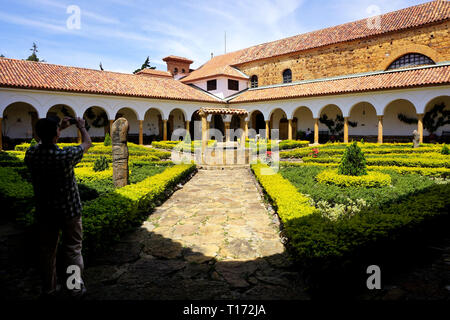 Shadow Man tomar una fotografía en el patio del monasterio Ecce Homo, Villa de Leyva, Colombia