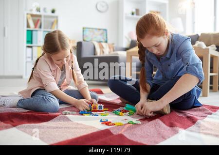 Dos niñas jugando en casa