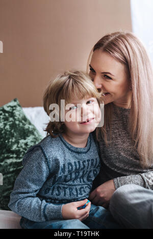 Madre está besando a su hijo. Madre e hijo. Feliz día de la madre. La madre abrazando a su hijo