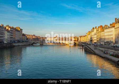 Vista de la puesta de sol del casco antiguo de Lyon y de las orillas del río Saône, Lyon. Francia Foto de stock