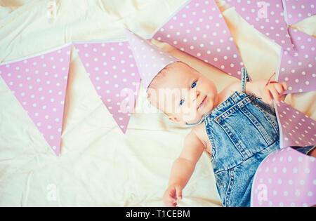Mi mejor amigo poco. Pequeña y dulce bebé. Nueva vida y nacimiento. Felicidad infantil. Retrato de niño feliz. La pequeña niña. Feliz cumpleaños. Familia Foto de stock