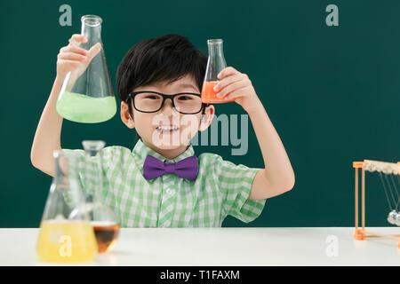 Alumnos en clase de química