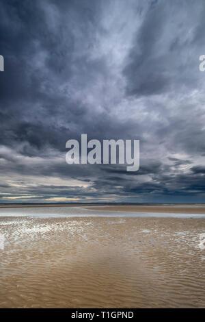 Cloudscape, Playa Findhorn, Moray, al noreste de Escocia, Reino Unido