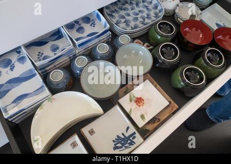 Apiladas y organizó las placas japonesas de diversas formas y tamaños, EE.UU.