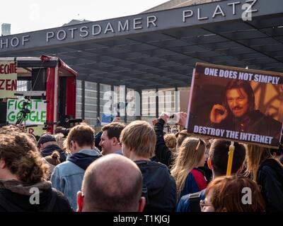 Berlin, Alemania - 23 de marzo de 2019: Manifestación contra la UE copyright Internet / reforma el artículo 11 y el artículo 13 en Berlín, Alemania