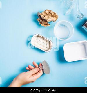 Clasificación de residuos domésticos para su reciclaje. Concepto de conservación del medio ambiente