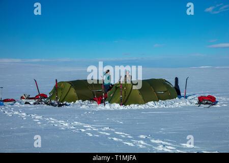 Esquí cross country camping en grupo sobre la Meseta de Finnmarksvidda. Finnmark, Noruega del ártico.