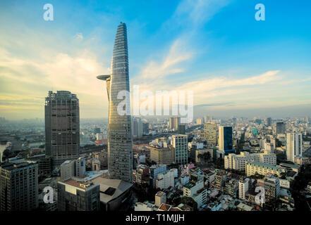 La torre Bitexco y del centro de la ciudad y un barrio de la ciudad de Ho Chi Minh, Vietnam