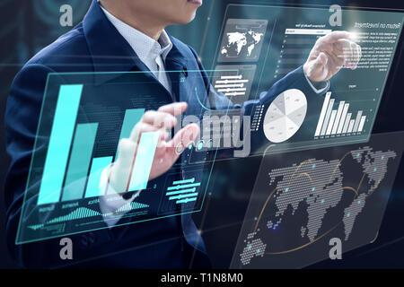 Empresario delante de Virtual PC modernas pantallas táctiles virtual análisis de la inversión en la gestión del riesgo y análisis del retorno de la inversión