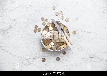 Vista de la parte superior de la placa completa de monedas de euro en la mesa de mármol.