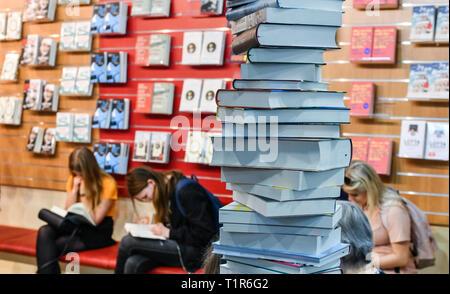 Leipzig, Alemania. 23 Mar, 2019. Apilar los libros y la lectura a los visitantes en la Feria del Libro de Leipzig. Crédito: Jens Kalaene/dpa-Zentralbild/dpa/Alamy Live News