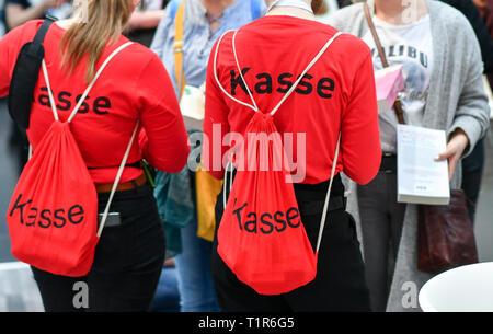 Leipzig, Alemania. 23 Mar, 2019. La palabra 'Checkout' está escrito sobre la mujer camisetas y mochilas donde usted puede pagar por los libros en la feria del libro. Crédito: Jens Kalaene/dpa-Zentralbild/ZB/dpa/Alamy Live News