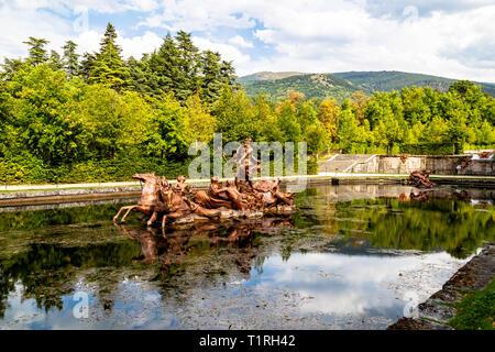 Sept 2018 - La Granja de San Ildefonso, Segovia, España - estatua de Neptuno girando sobre un carro en la fuente de la carrera de caballos en el barroco sty