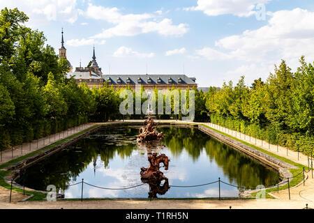 Sept 2018 - La Granja de San Ildefonso, Segovia, España: vista de la fuente de la carrera de caballos y el Palacio Real en verano. El Palacio Real y sus