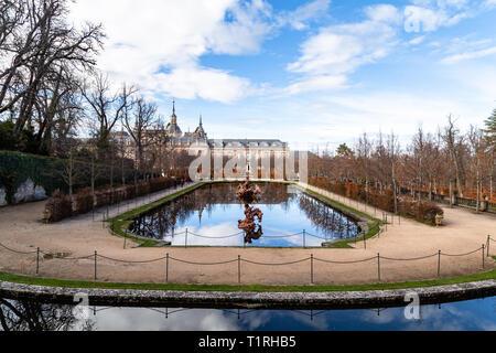 Dec 2018 - La Granja de San Ildefonso, Segovia, España vista de la fuente de la carrera de caballos y el Palacio Real en otoño. El Palacio Real y sus ga