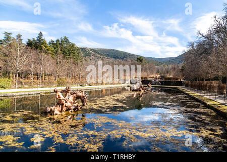 Mar 2019, La Granja de San Ildefonso, Segovia, España: Fuente de la carrera de caballos en los jardines de la Granja, en invierno. El Palacio Real y sus