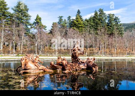 Mar 2019, La Granja de San Ildefonso, Segovia, España: estatua de Neptuno girando sobre un carro en la fuente de la carrera de caballos en el estilo barroco