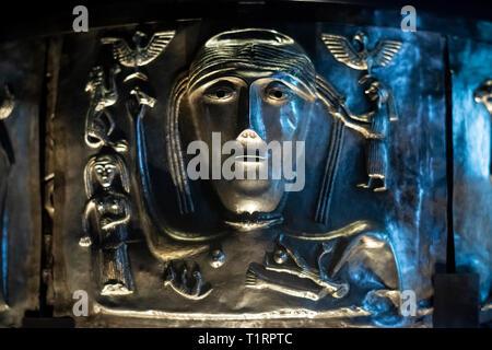 Copenhague. Dinamarca. El caldero de Gundestrup, ricamente decorado Silver Bowl, el Museo Nacional de Dinamarca. Detalle de la placa exterior f, muestra a una mujer fi
