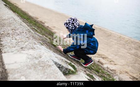 Joven escalada junto al río Danubio
