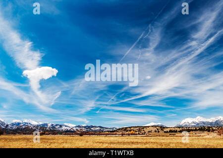 Las formaciones nubosas inusuales contra el azul cobalto del cielo a través de las Montañas Rocosas de Colorado; central; EE.UU.
