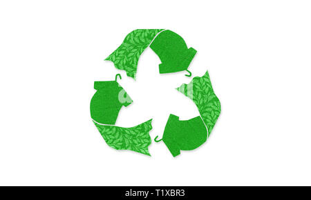Símbolo de reciclado hecho con camiseta vestido en colgador con textura de tela reutilizada, ilustración del concepto reutilizar, reciclar ropa y textiles para reducir los residuos