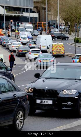 Coches causa congestión del tráfico en el centro de la ciudad de Bristol; hay polución suscitando preocupaciones acerca de los vehículos de gasolina y diésel.