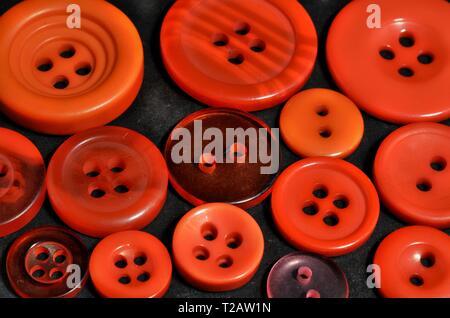 Cerca de rojo cosiendo botones, puede ser utilizado como fondo