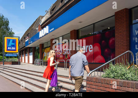 Entrada al supermercado Aldi, St.Mary's Lane, Upminster, London Borough of Havering, Greater London, England, Reino Unido Foto de stock
