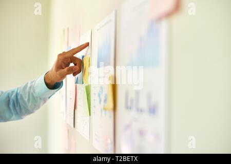Empresario analizando informe