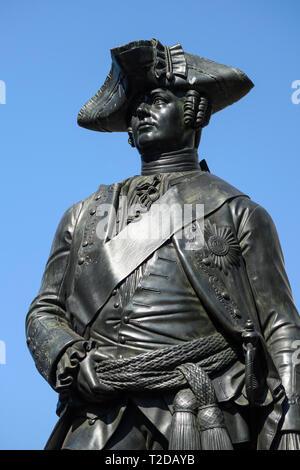 Berlín. Alemania. Estatua de bronce de Hans Karl von Winterfeldt (1707-1757), General prusiano, en Zietenplatz. Hans Carl von Winterfeldt, Generalleutnant
