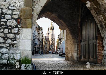 Torre de la basílica de Santa María, visto desde el arco de San Florian, la ciudad vieja de Cracovia, Polonia Foto de stock