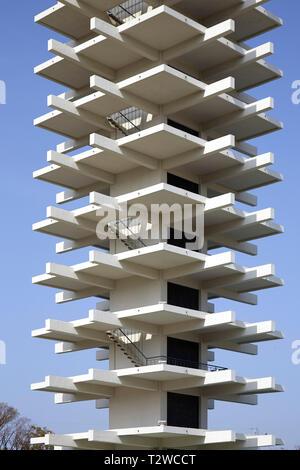 Vista general durante el día. Torre de Control del Parque Olímpico Komazawa en Tokio, Japón. Arquitecto: Yoshinobu Ashihara, 1964.