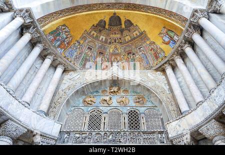 Italia, Veneto, Venecia, basílica de San Marcos, el mosaico de S.Alipio portal