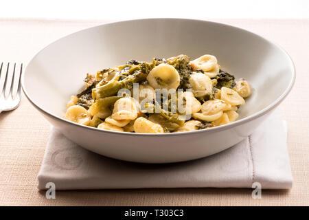 Plato de Orecchiette Con cime di Rapa, o pasta orecchiette con brócoli rabe, de Puglia, un tradicional plato italiano
