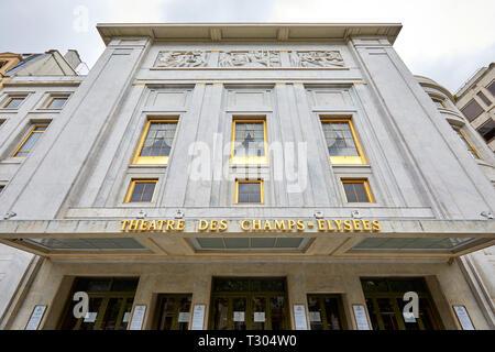 París, Francia - 22 de julio de 2017: Champs Elysees teatro fachada con signo de oro en verano en Paris, Francia
