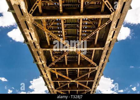 Viaducto, ferrocarril, truss, viaducto, agua, construcción, vía, la arquitectura, el metal, el ferrocarril, el transporte, la madera, pelotas, piedras, día, nubes, viajes, línea Foto de stock