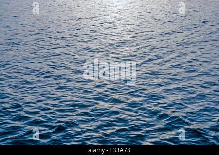Olas en el mar azul de fondo abstracto patrón de superficie