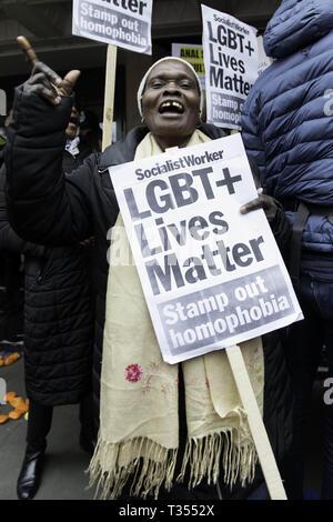 Londres, Reino Unido. 6 abr, 2019. Un manifestante es visto corear eslóganes sujetando una pancarta durante la manifestación.manifestantes se reunieron fuera de la Dorchester Hotel de lujo en Londres, Reino Unido, el cual es poseído por el sultán de Brunei Hassanal Bolkia, protesta y condenamos las nuevas leyes anti-LGBTIQ traídos por el Sultán. Crédito: Zuma Press, Inc./Alamy Live News