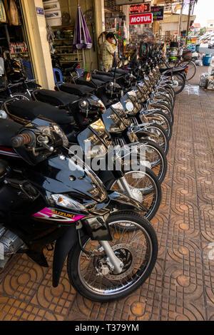 Camboya, Kampong (Kompong Cham), del centro de la ciudad, motocicleta showroom presentación de nuevos importados motos en venta