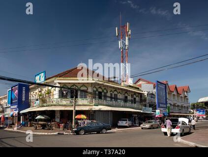 Camboya, Kampong (Kompong Cham), del centro de la ciudad, antiguo edificio colonial francés en la esquina de la calle