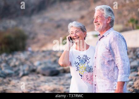 Feliz alegre anciano caucásico viejo par disfrutar y divertirse juntos en el exterior - Juntos para siempre del concepto de la vida para el hombre y la mujer hermosa jubilado