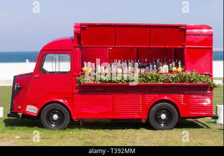 Vista lateral camión de alimentos Citroën viejo rojo