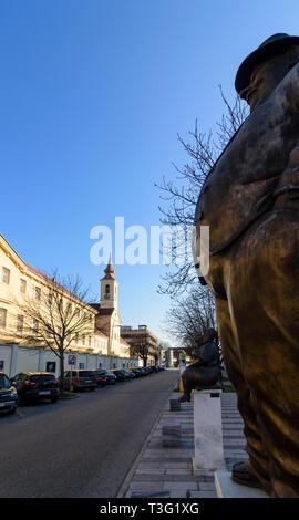 Krems an der Donau: Justizanstalt Stein (cárcel), estatuas en frente del museo de la caricatura (Karikaturmuseum ) en Wachau, Niederösterreich, Baja Austria, Aust