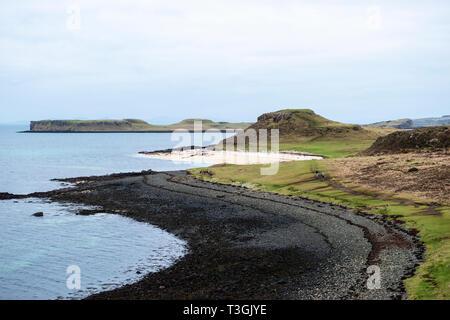Coral Beach en Claigan en Loch Dunvegan con isla de Isay en la distancia, la Isla de Skye, la región de tierras altas, Escocia, Reino Unido Foto de stock