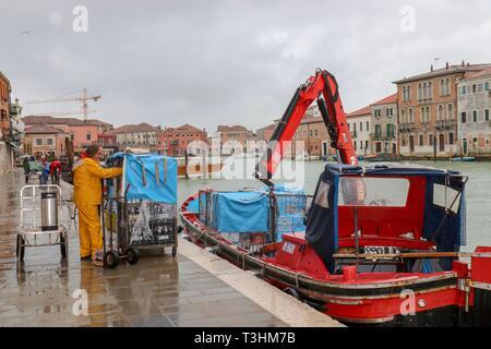 Un barco de carga de trabajo en Venecia.