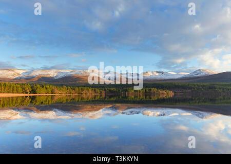 Loch Morlich y Montañas Cairngorm, cerca del Parque Nacional de Cairngorms, Aviemore Strathspey y Badenoch, Scotland, Reino Unido Foto de stock