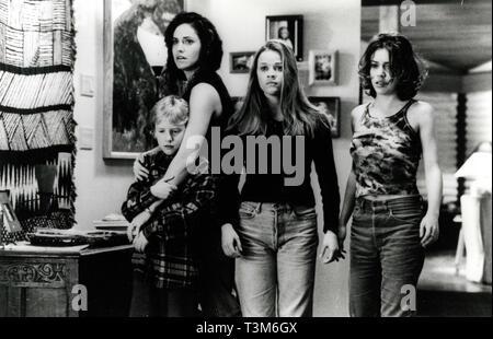 Amy Brenneman, Reese Witherspoon, y Alyssa Milano en la película de miedo, 1996