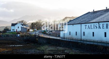 En la Destilería Talisker Carbost en Loch Harport, Isla de Skye, la región de tierras altas, Escocia, Reino Unido Foto de stock