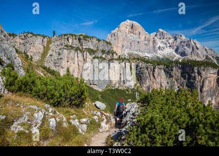 Mujer joven en un sendero de trekking en los Dolomitas, en el norte de Italia